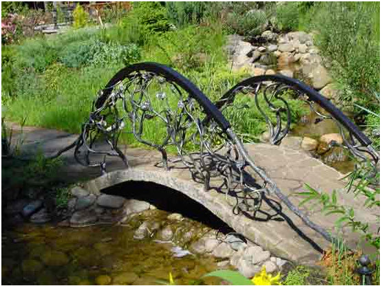 Декорирование кованных металлических конструкций в ландшафтном интерьере